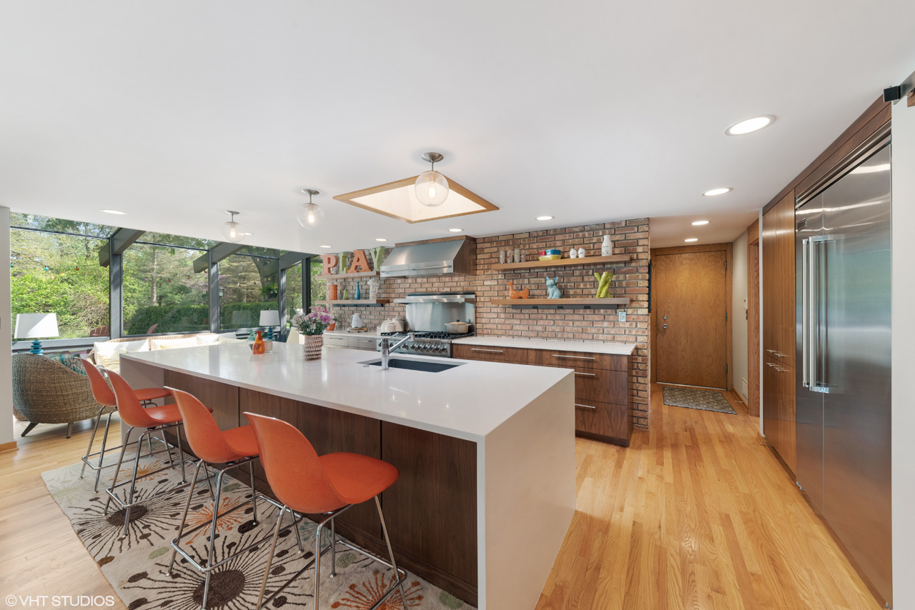 To request a private showing of 15 Barrington HIlls Road, contact Lou Zucaro at 312.907.4085 or at lou@modernil.com