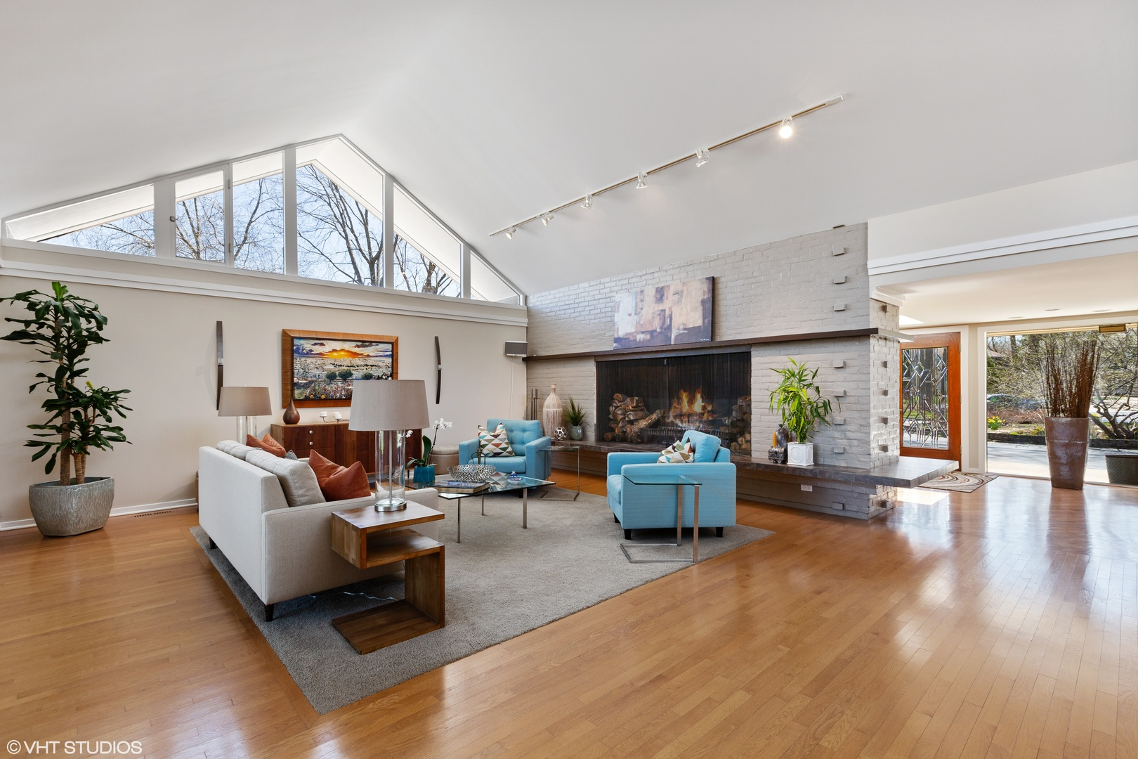 To schedule a private showing, call Lou Zucaro at 312.907.4085 or send an email to lou@modernil.com