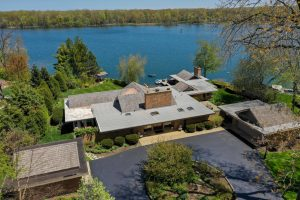 Sprawling, Lakefront Modern Home in Libertyville