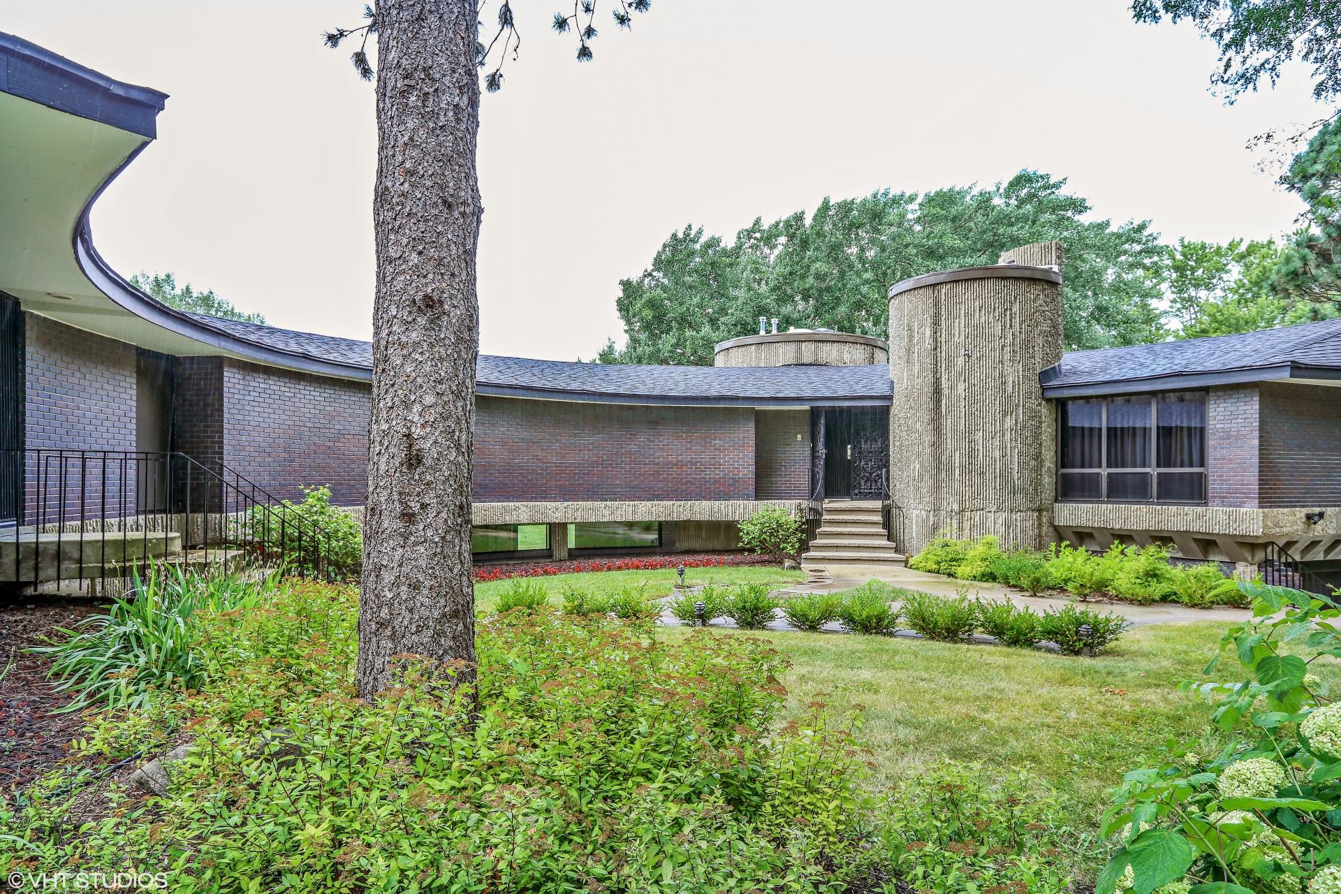Semi-Circular Hillside Ranch Based on a Design by Dean Bryant Vollendorf